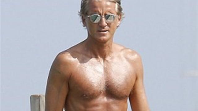 Манчини засветил на отдыхе идеальный голый торс. Теперь никто не поверит, что ему 53