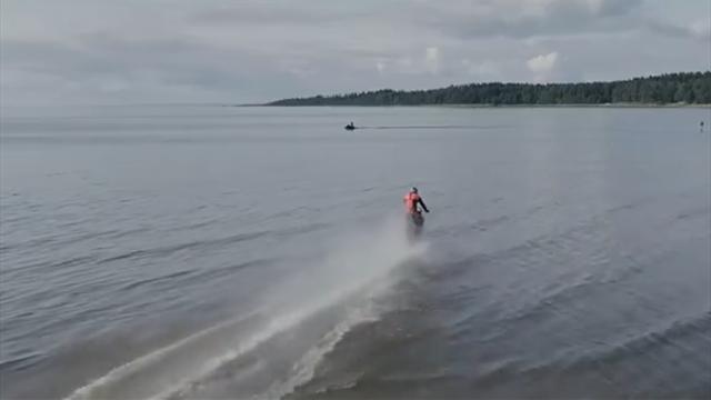 Житель Питера прокачал байк, как Джеймс Бонд. Теперь он гоняет по воде