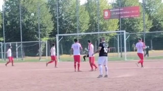 Гол из седьмого дивизиона Германии, которому позавидует Ван Бастен. Мяч нарушил все законы физики