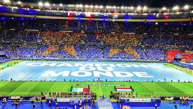 Un tifo géant deux étoiles : comment les Bleus ont été accueillis en champions du monde
