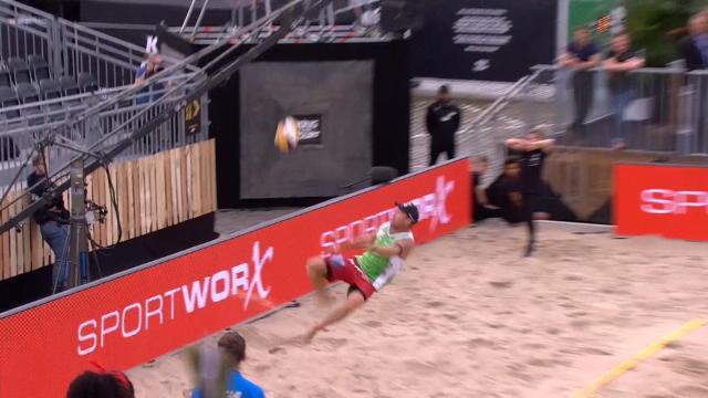 Un retourné à la CR7 et beaucoup de chance : un volleyeur régale sur le sable