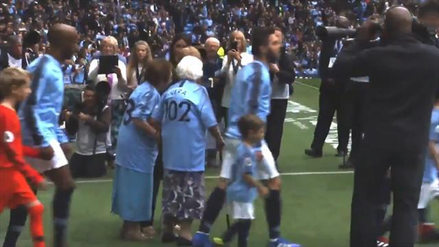 102-летняя бабулька взяла с собой 98-летнюю сестричку и вывела игроков «Сити» на матч с «Фулхэмом»