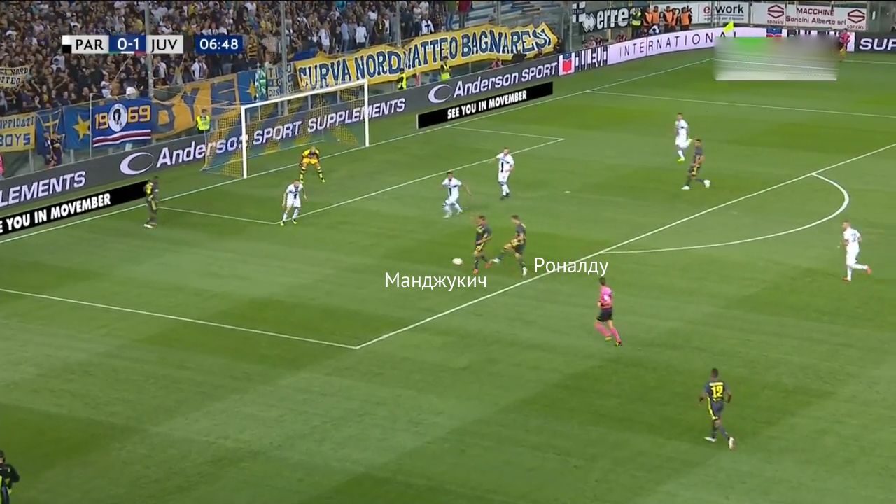 Роналду идет на один мяч с Манджукичем. Хорват перехватывает