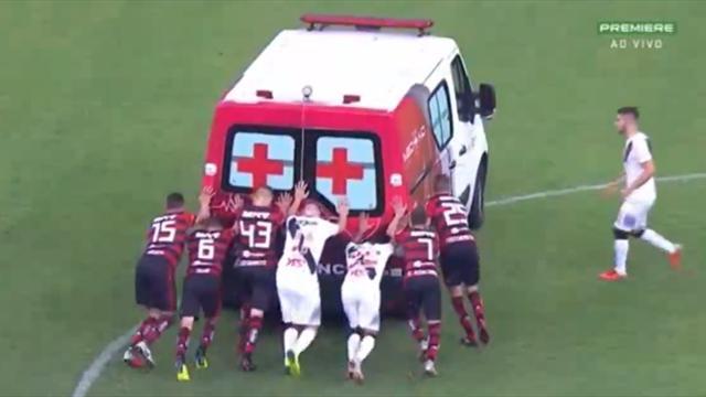 Игроки «Фламенго» и «Васко да Гама» вытолкали с поля заглохшую машину медпомощи