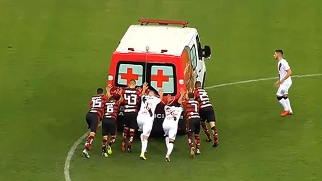 Los jugadores tuvieron que empujar la ambulancia