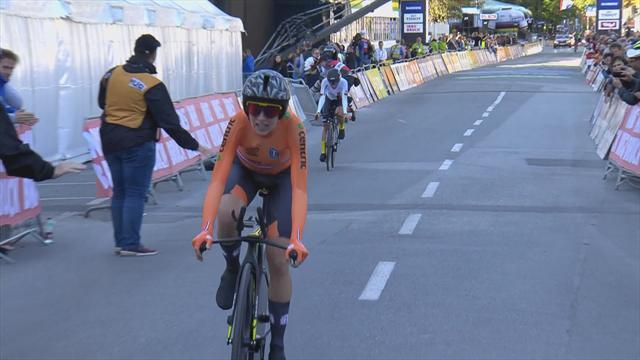 Annemiek van Vleuten roars to world title