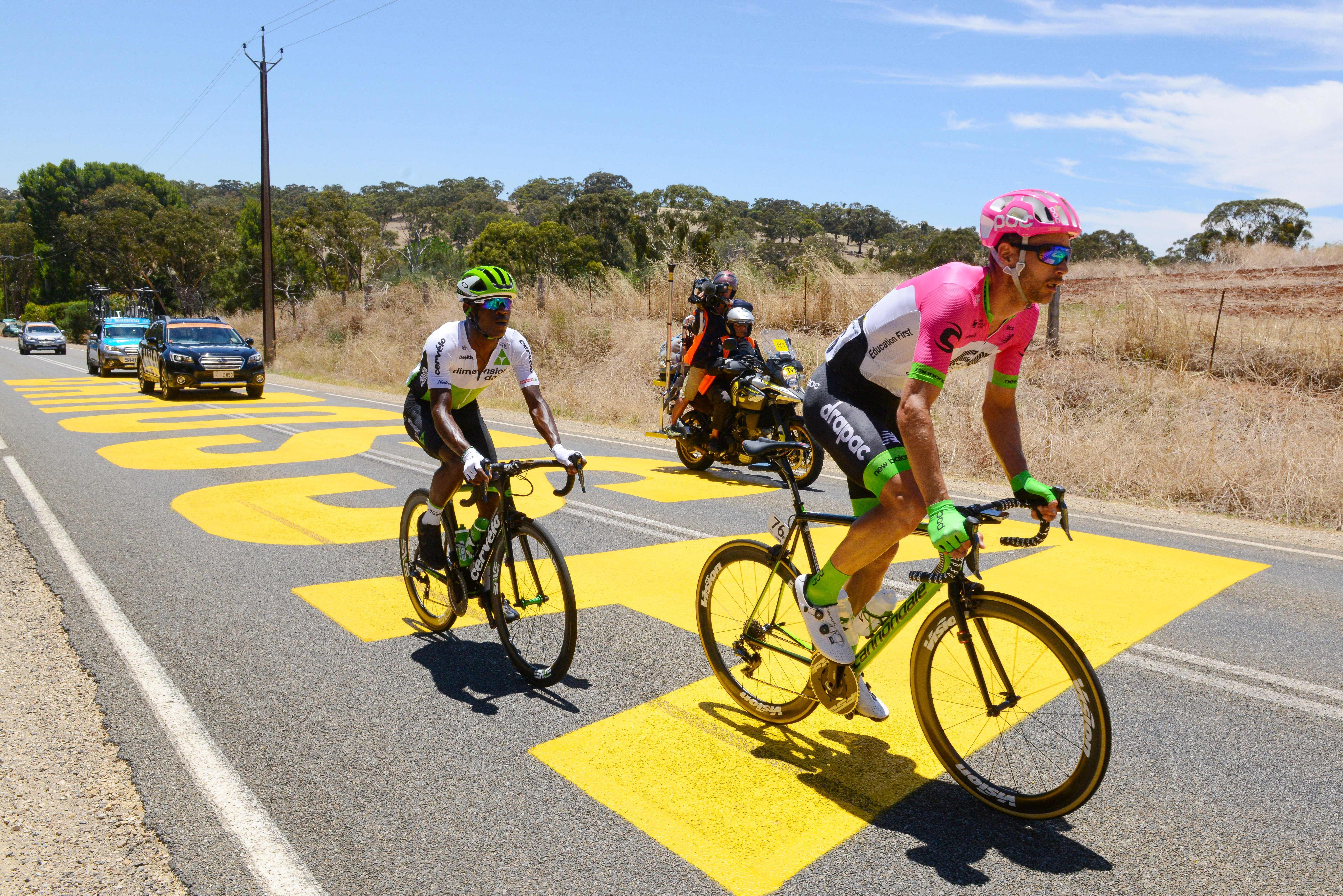 William Clarke (Education First-Drapac rider) et Nicholas Dlamini (Team Dimension Data) lors du Tour Down Under 2018