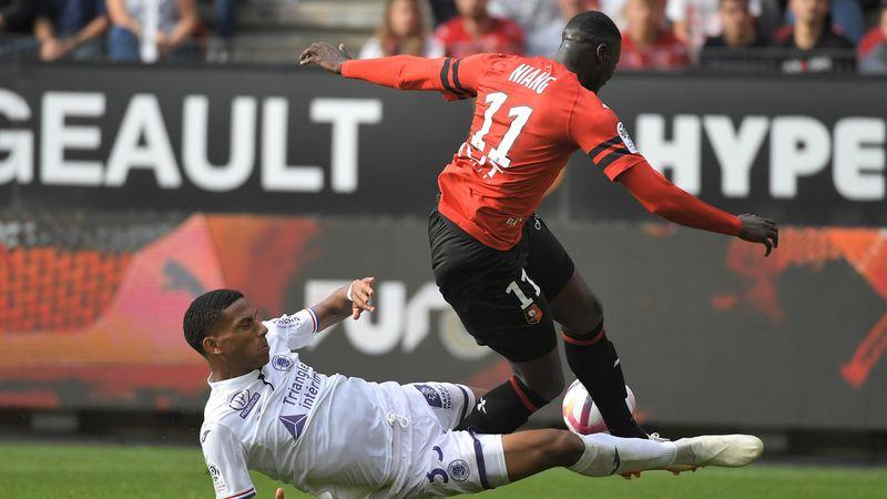 Todibo tacle Niang et offre un penalty controversé à Rennes face à Toulouse