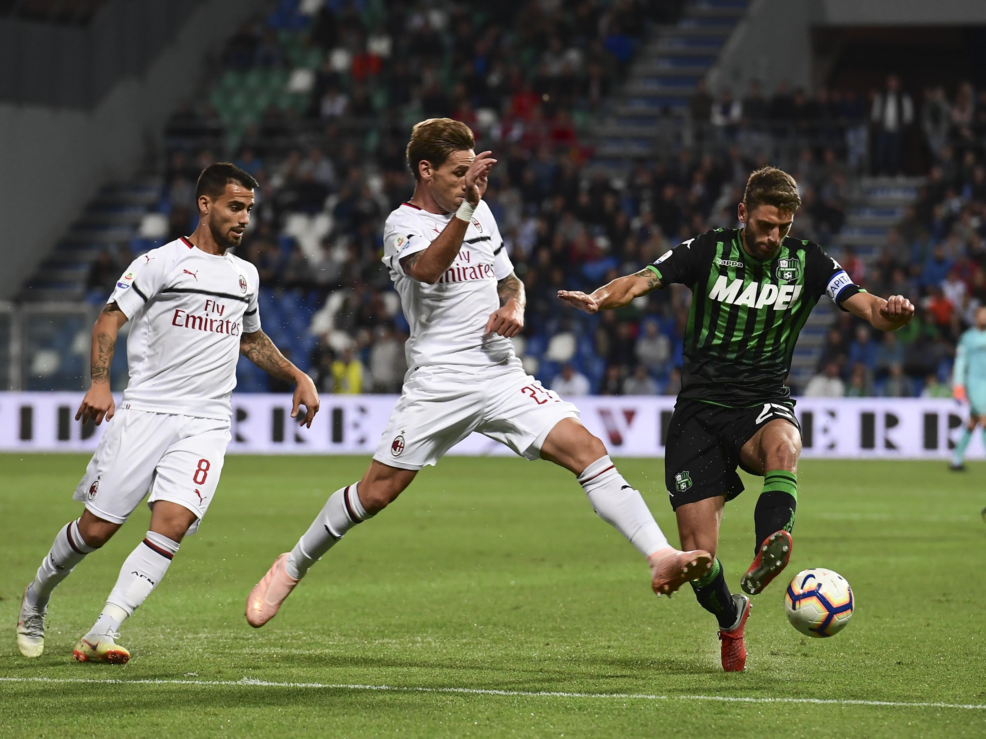 Suso et Lucas Biglia au duel avec Domenico Berardi lors de Sassuolo-AC Milan / Serie A