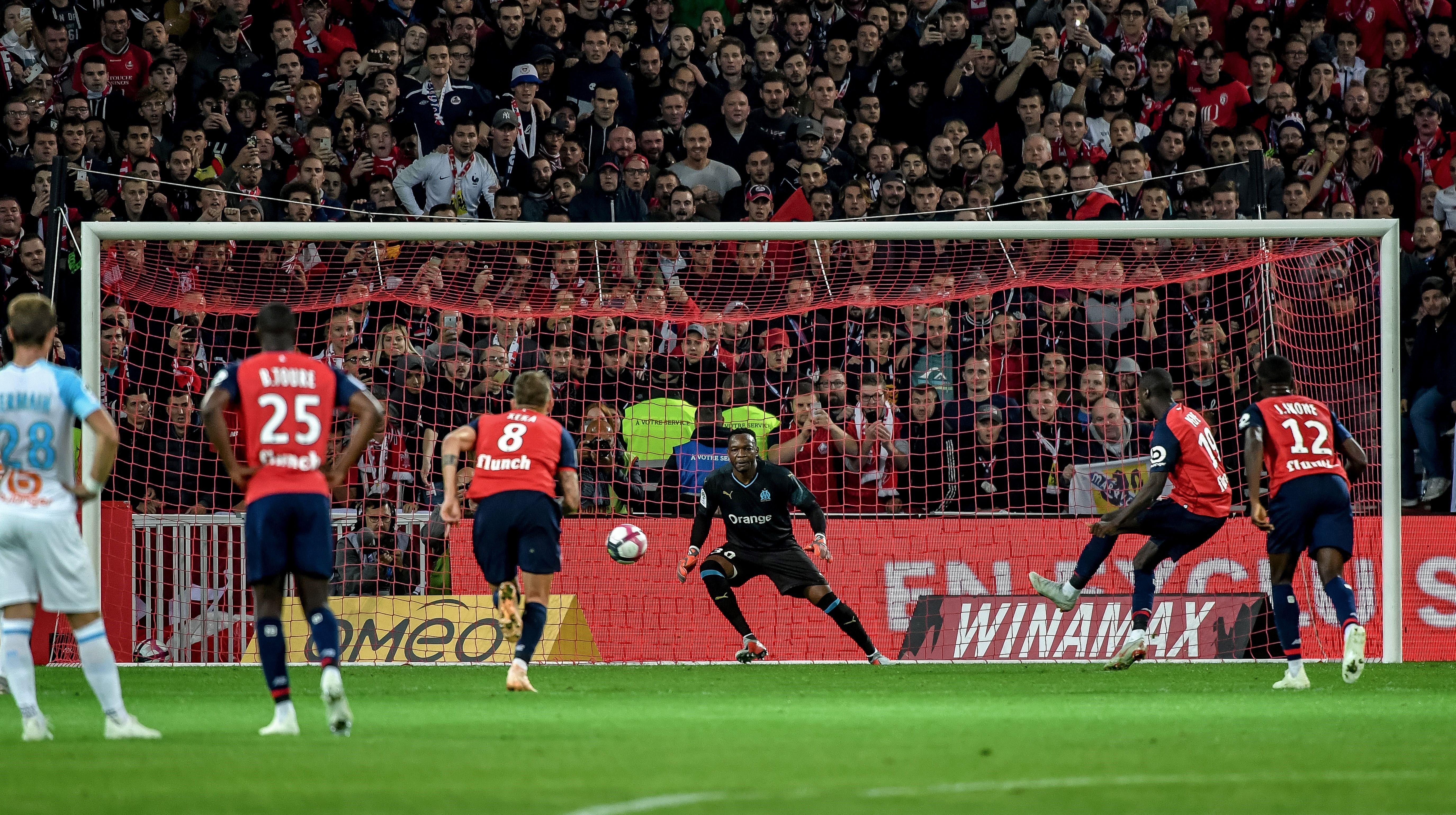 Nicolas Pépé trompe Steve Mandanda lors de Lille-OM / Ligue 1