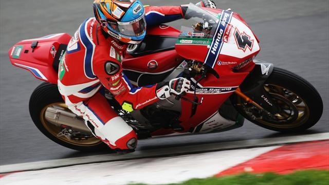 Superbike: Gigantische crash Tommy Bridewell en Dan Linfoot