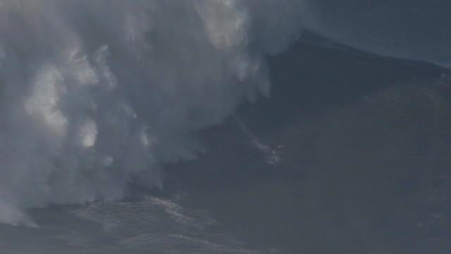 Avec cette vague de plus de vingt mètres, Maya Gabeira est rentrée dans le Guiness Book