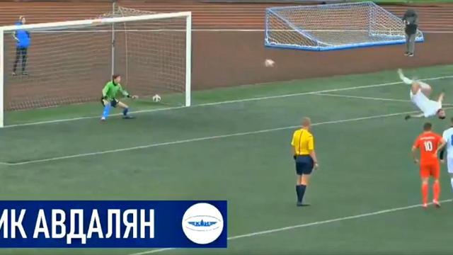 Salto arrière et frappe sous la barre : l'incroyable penalty d'un attaquant en Russie