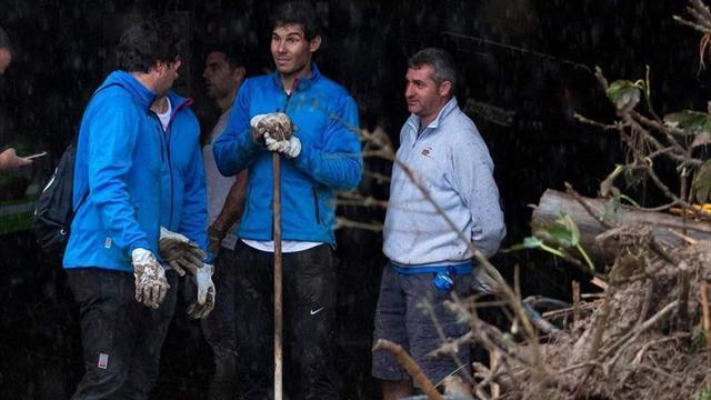 Надаль в сапогах и по локоть в грязи спасает родной город от последствий наводнения
