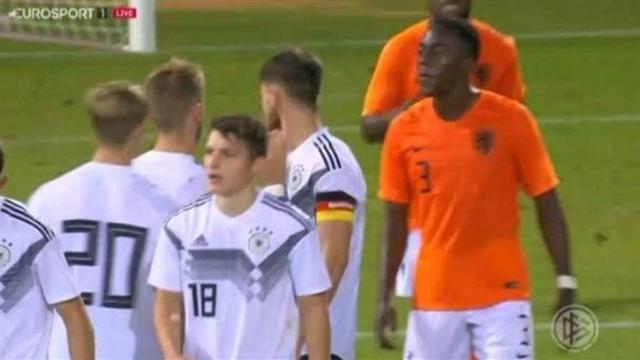 Щегол из голландской молодежки возомнил себя Райкардом и плюнул в немца в товарищеской игре
