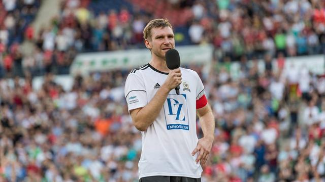 40.000 Zuschauer verabschieden Weltmeister Mertesacker in Hannover