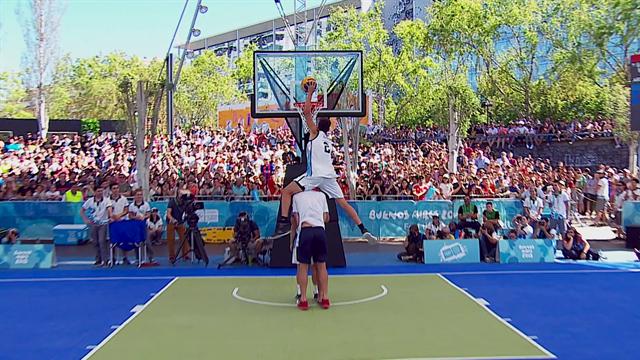Aux Jeux Olympiques de la Jeunesse, Ruesga aura fait le show pour l'emporter au dunk