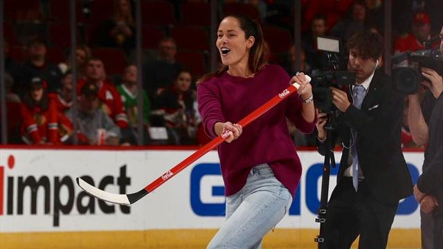 Ana Ivanovic se pasa al hockey hielo con los Chicago Blackhawks de la NHL