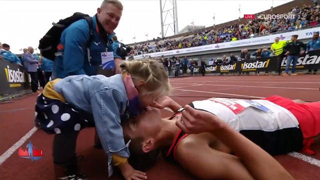 Toccasana per la fatica: la bimba bacia il papà-maratoneta sfinito al traguardo