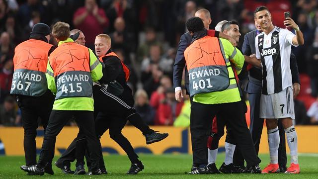 """High five et selfie : Ronaldo a régalé les """"pitch invaders"""" d'Old Trafford"""