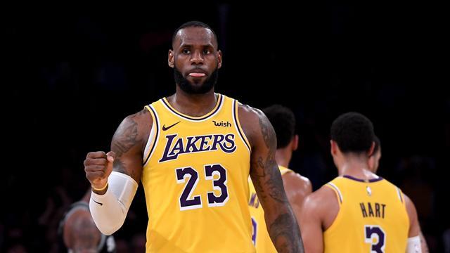 LeBron en triple-double, les Lakers enfin lancés