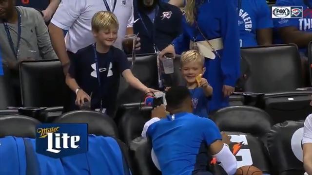Уэстбрук подарил мальчику на трибунах кроссовок в обмен на кусок пиццы