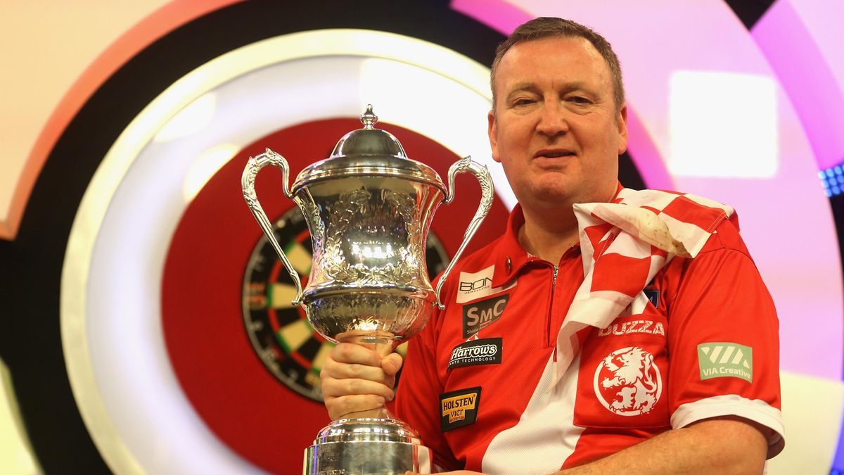 Glen Durrant of England celebrates victory following the final of the BDO World Darts Championship against Mark McGeeney of England at Lakeside Country Club on January 14, 2018 in Camberley, England.