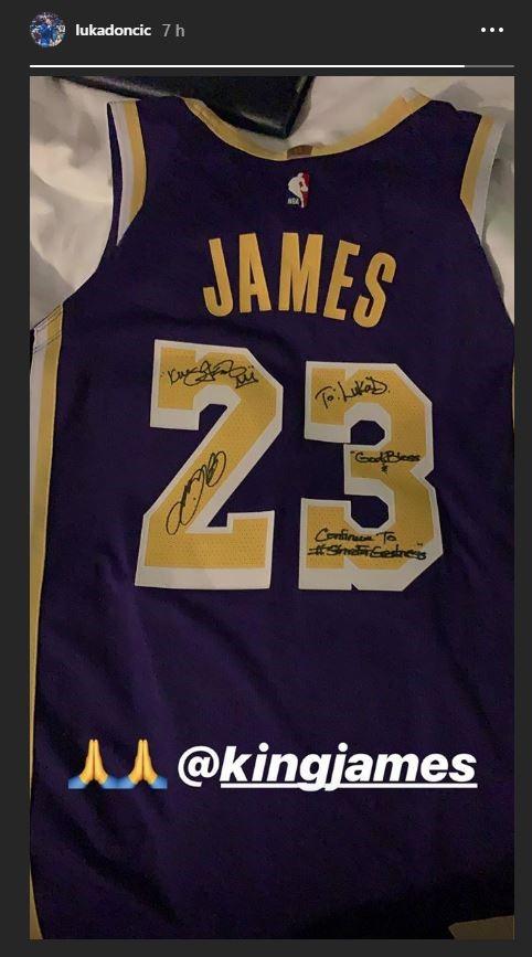 Camiseta de Lebron James dedicada para Luka Doncic