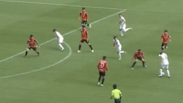 Iniesta show, scucchiaiata clamorosa per il sinistro vincente di Podolski
