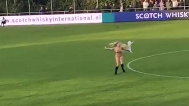 Обнаженная дама минуту бегала по полю во время матча голландских любителей, но никто ее не остановил