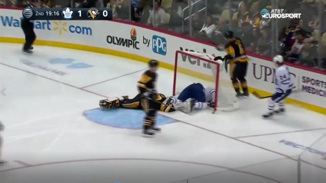 Игрок «Торонто» устроил безумные танцы на льду из-за шайбы, которая вдруг застряла у него в коньке