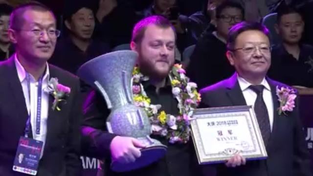 Vase oder Pokal? Allen erhält Trophäe für seinen Sieg