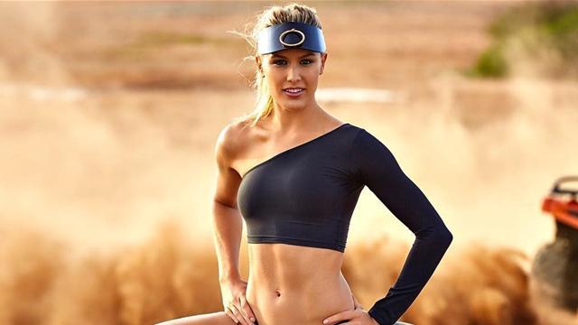 Бушар снова снялась для Sports Illustrated – теперь сексуально вытянула ножку на квадроцикле