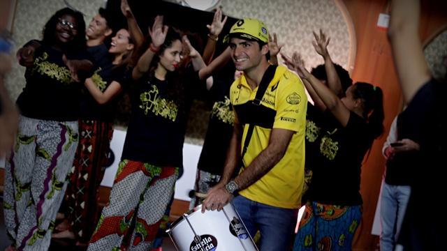 Sainz se lo pasa en grande con la batucada antes de la carrera en Brasil