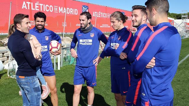Gabi Fernández visitó a sus excompañeros del Atlético de Madrid en la Ciudad Deportiva