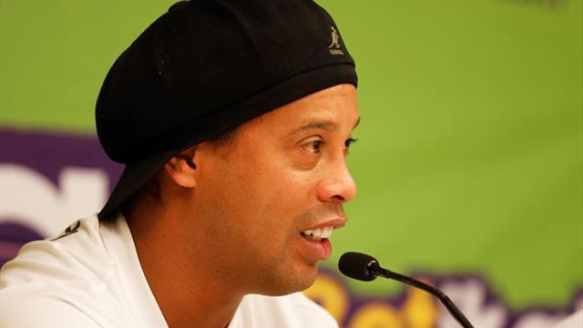 Ronaldinho visita Kenia a pesar de una orden de aprehensión de su pasaporte