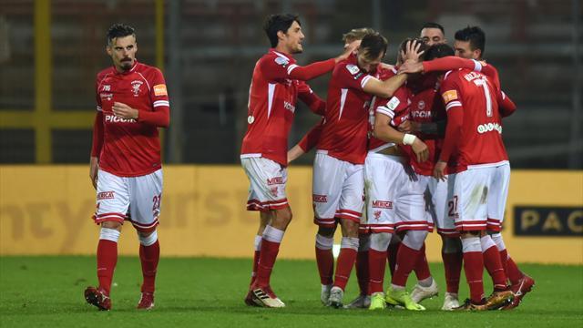 Il Perugia supera 2-1 il Crotone nell'anticipo: decide un autogol di Simy, Nesta batte Oddo