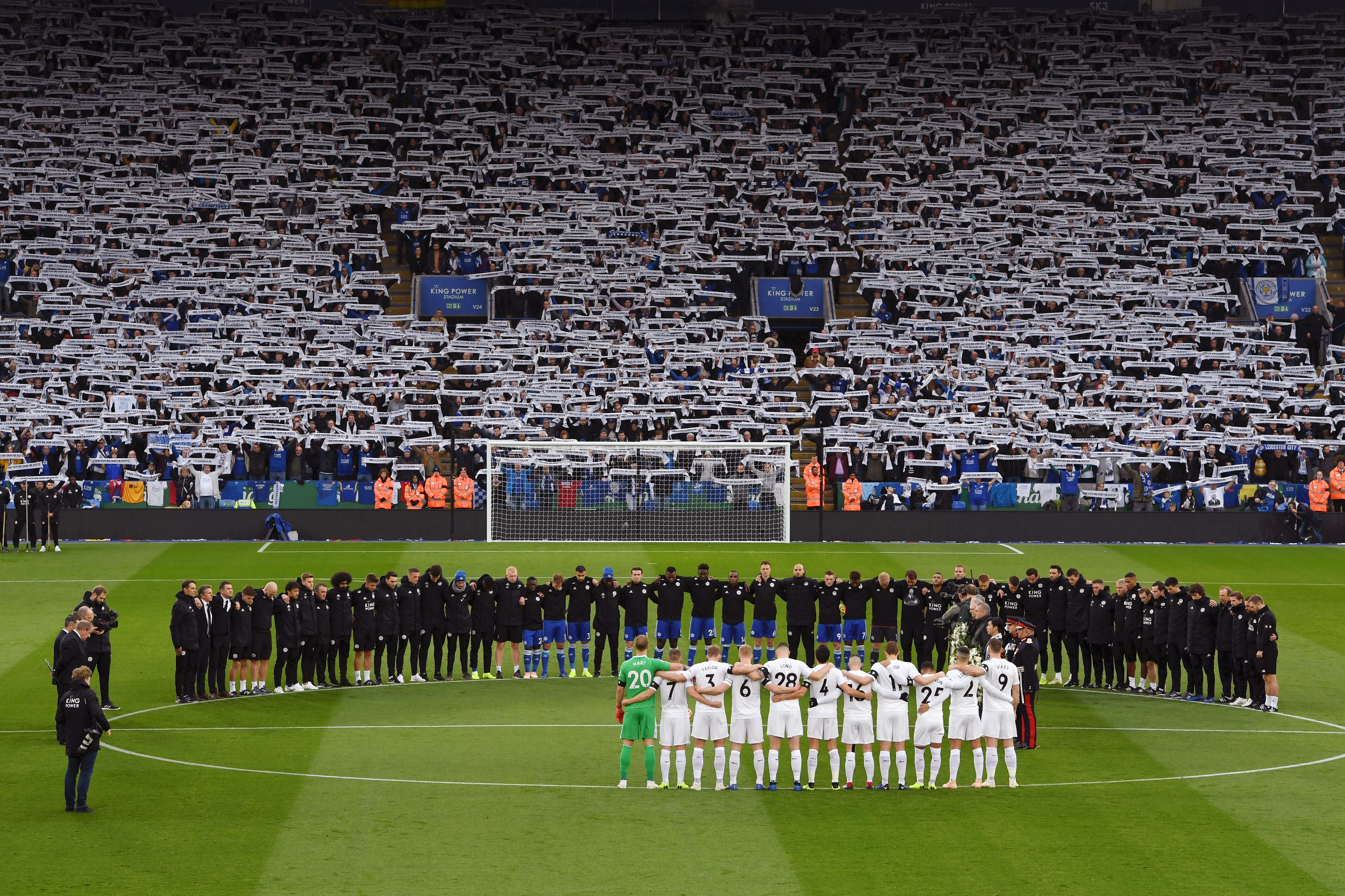 Les équipes de Leicester et et Burnley respectent une minute de silence en hommage à Vichai Srivaddhanaprabha