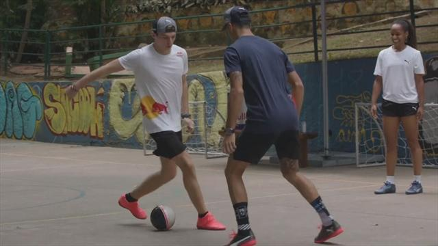 Koekoek! Max Verstappen geeft ploeggenoot Ricciardo een panna