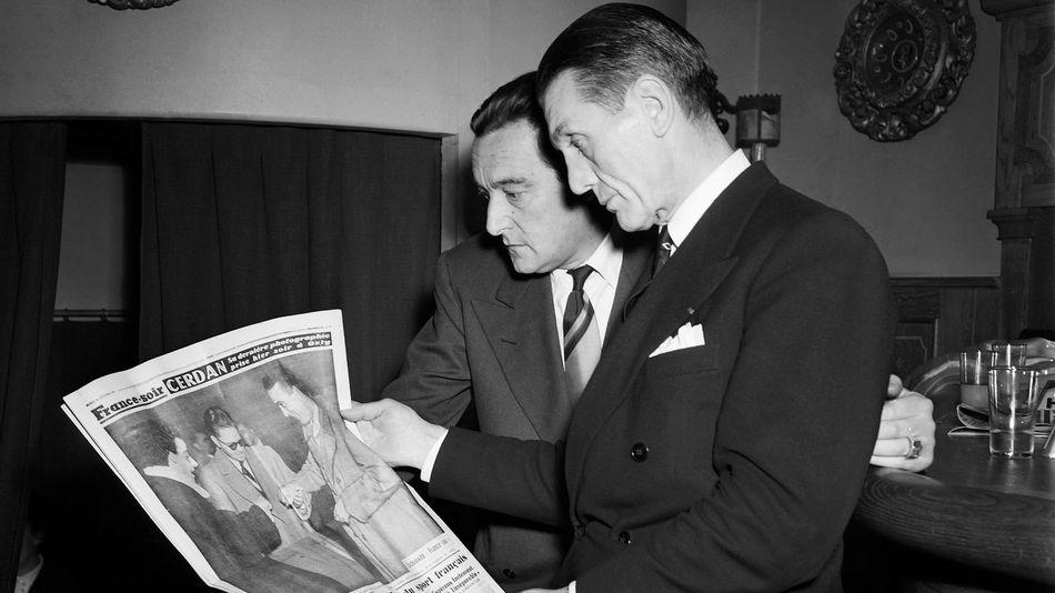 Georges Carpentier, l'autre légende de la boxe tricolore, découvrant la Une de France Soir au lendemain de la mort de Cerdan.