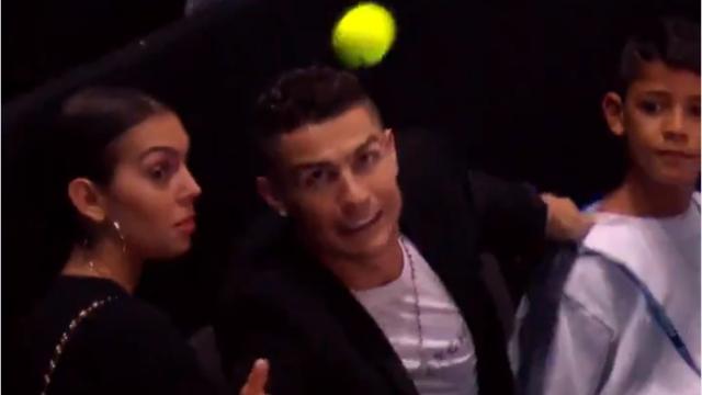 Роналду с семьей пришел на матч Джоковича и не поймал мячик, улетевший на трибуны