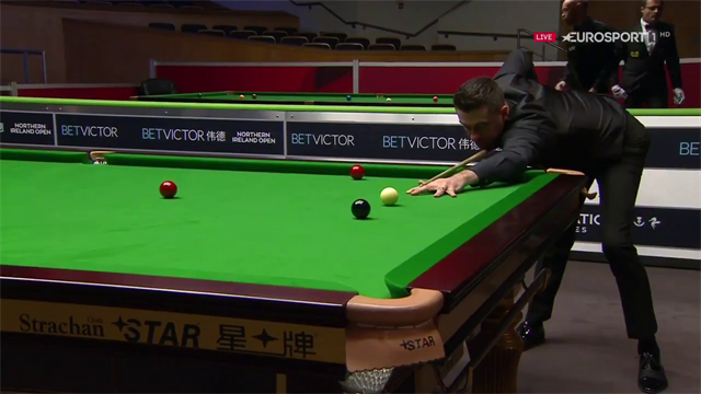 Mark Selby helps referee out during Hamza Akbar contest