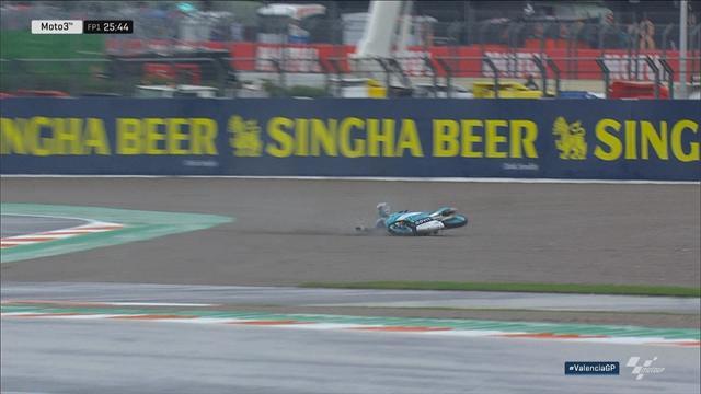 Eerste crash in Valencia | Bastianini glijdt weg in de regen