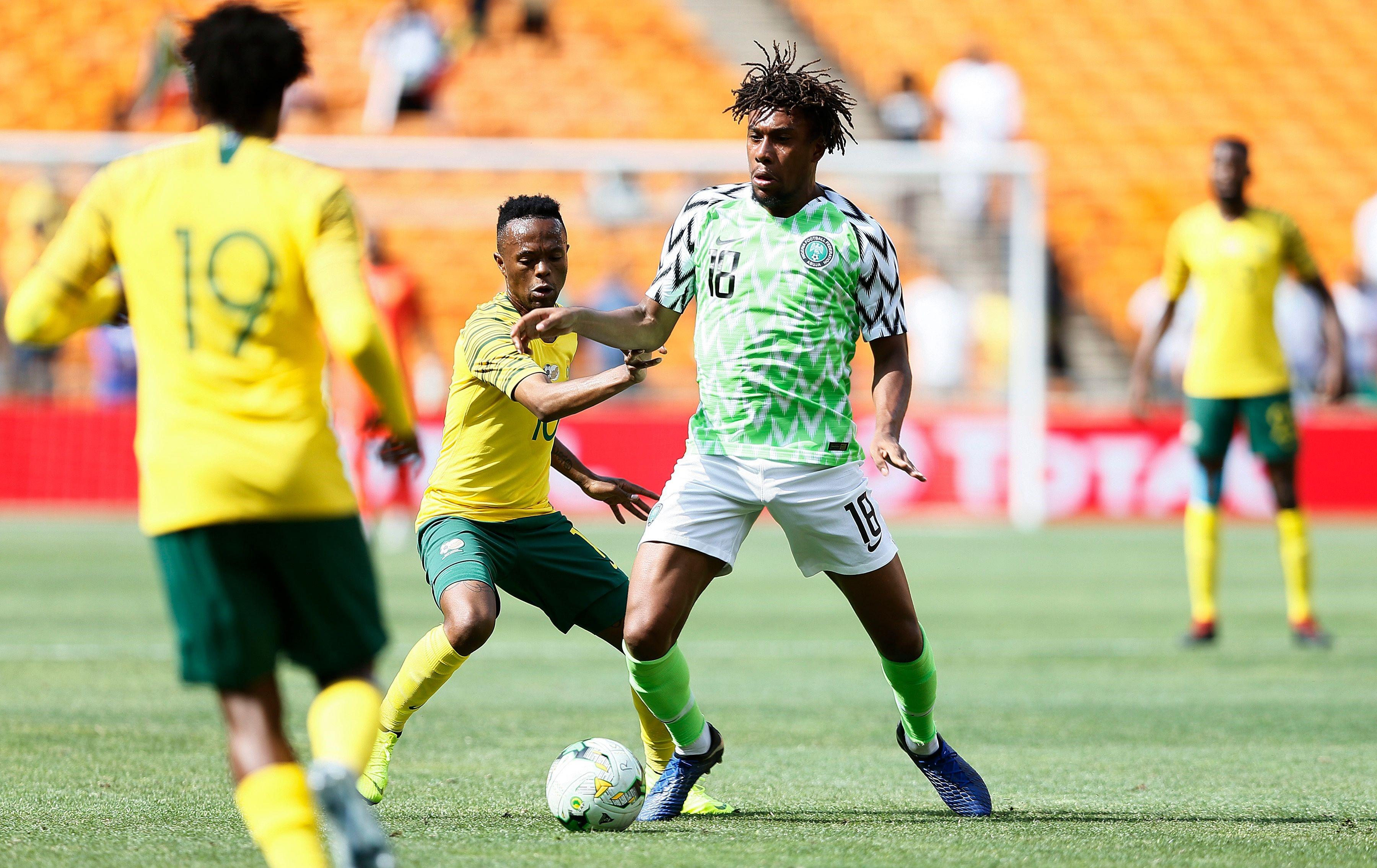 Thulani Serero au duel avec Alexander Iwobi  lors d'Afrique du Sud-Nigeria / Qualifications CAN 2019