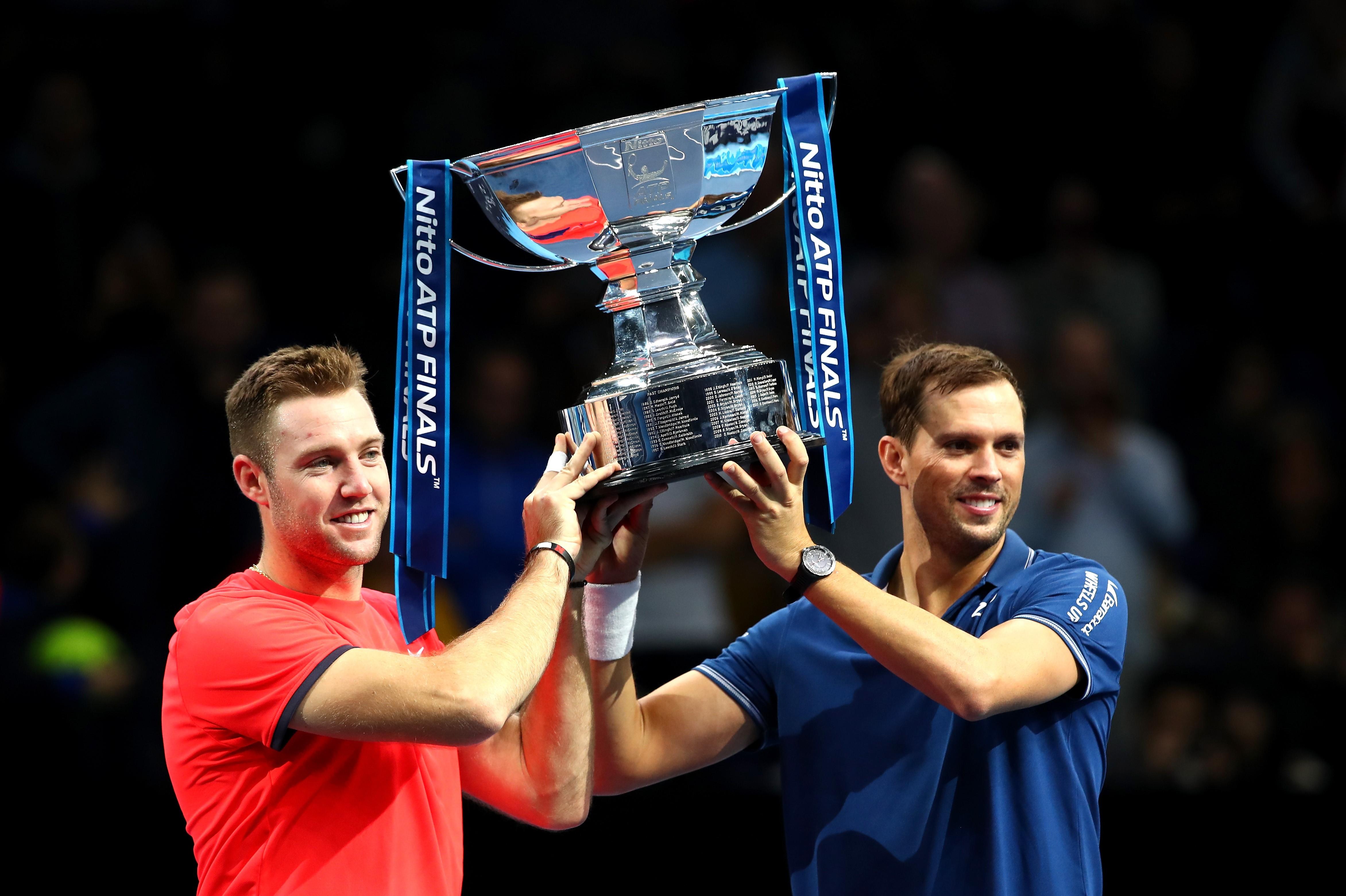 Jack Sock et Mike Bryan soulèvent le trophée lors de la finale du Masters