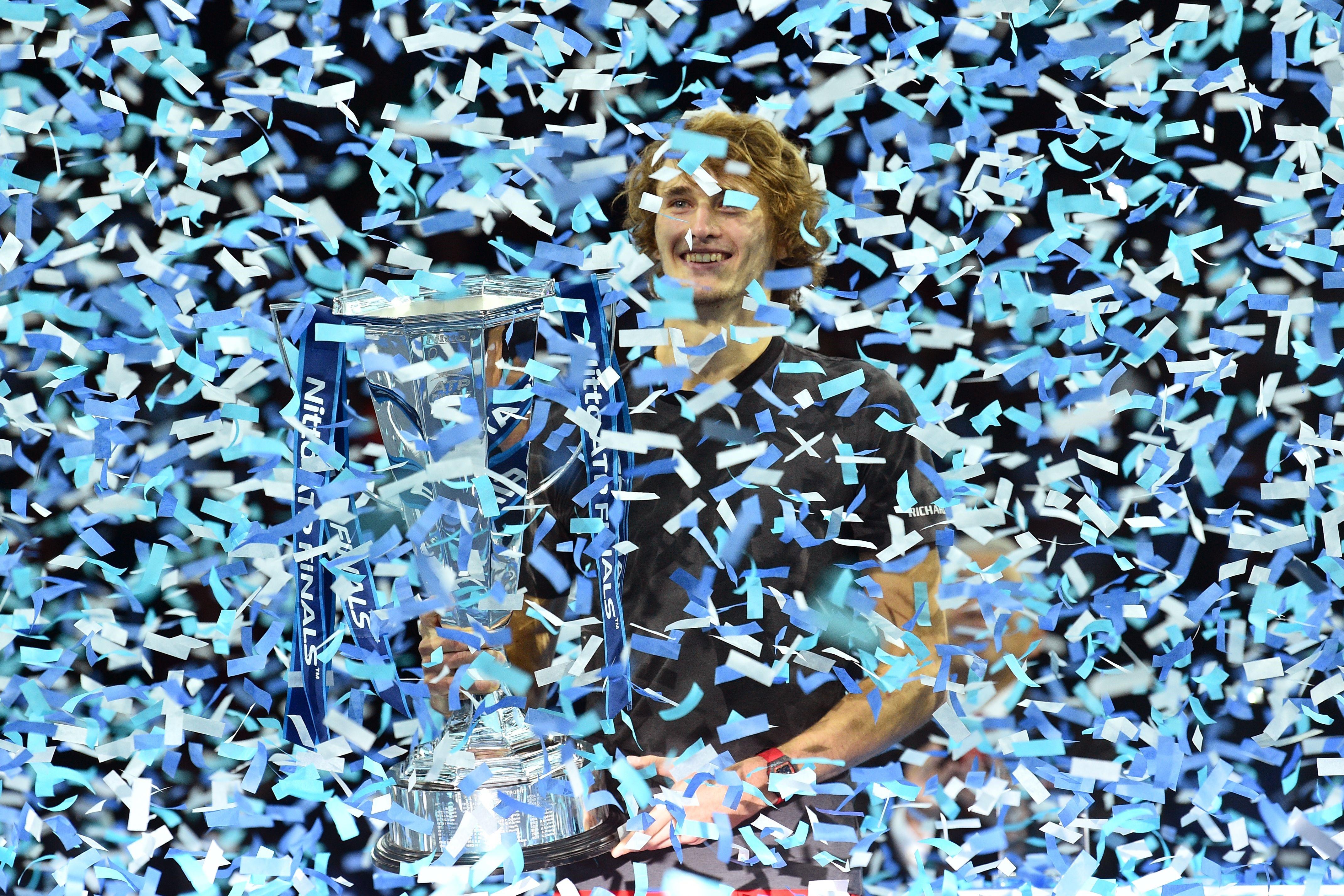 Alexander Zverev soulève son trophée après son sacre au Masters