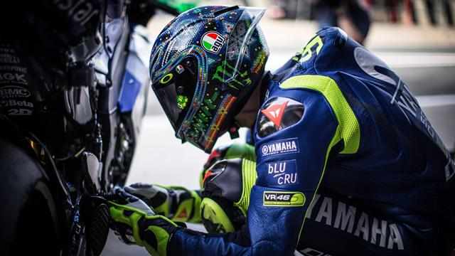 """Rossi dopo la prima giornata di test: """"La nuova Yamaha è più facile da guidare, ma non è abbastanza"""""""