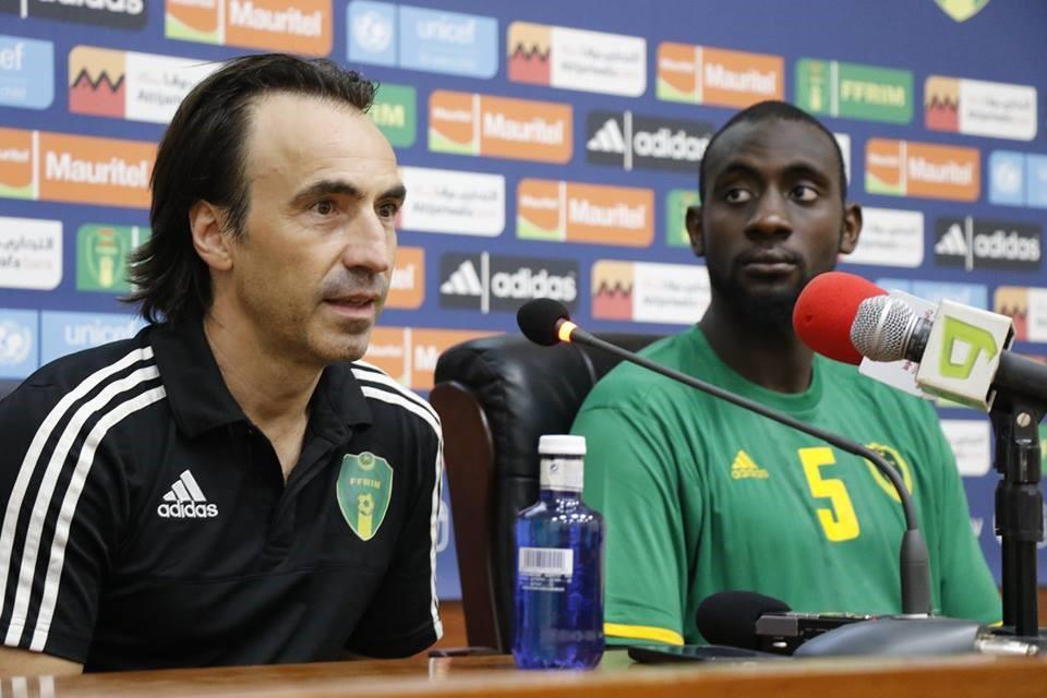 A sinistra, Corentin Martins, il commissario tecnico della Mauritania che ha conquistato la qualificazione alla Coppa d'Africa 2019 (facebook)