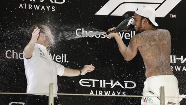 Hamilton lideró el quinto año triunfal de Mercedes en F1, que despidió a Alonso