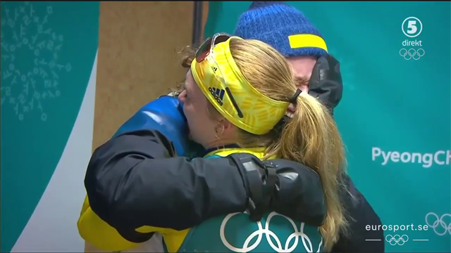Hanna Öberg kramas om av Mona Brorsson